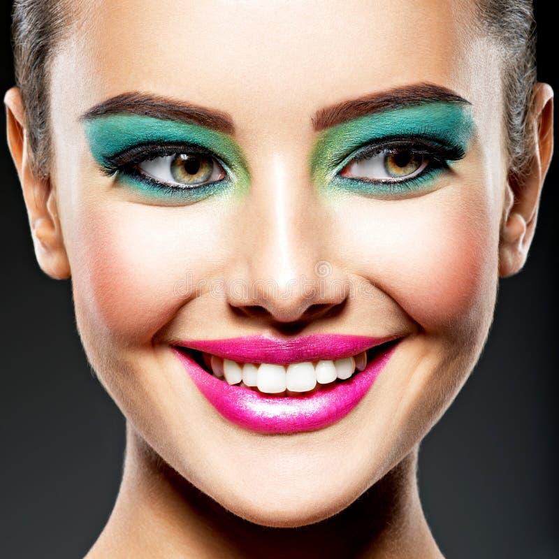 Twarz piękna uśmiechnięta dziewczyna z moda makijażem obraz stock
