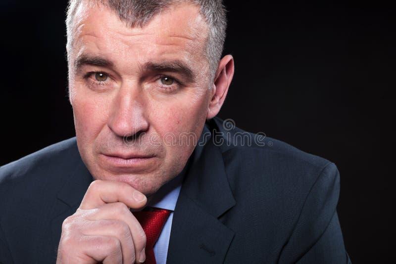 Twarz poważny dojrzały biznesowego mężczyzna zastanawiać się zdjęcia stock