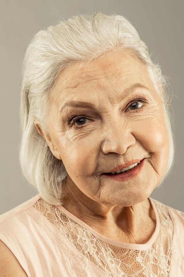 Twarz pozytywna ?adna starzej?ca si? kobieta zdjęcia stock
