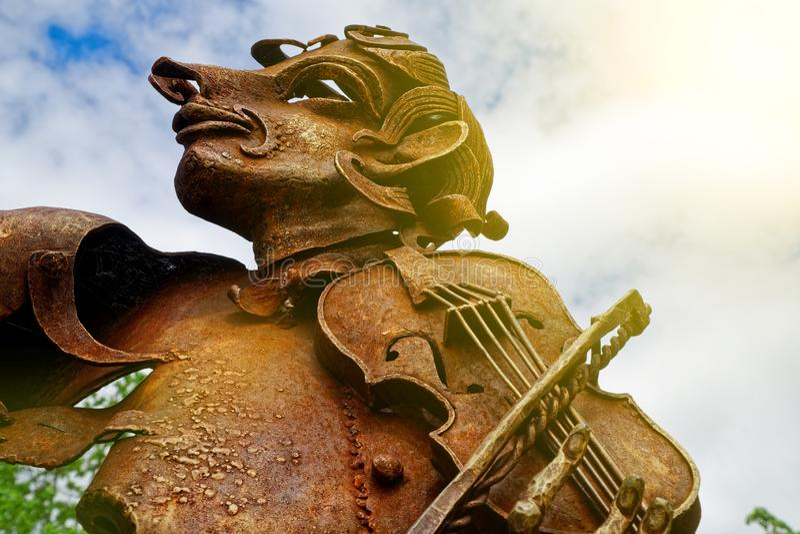 Twarz stara o?niedzia?a statua z ?elaznym skrzypce zdjęcie royalty free