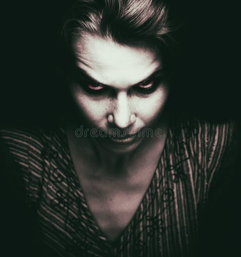 Twarz straszna kobieta z złymi oczami zdjęcia royalty free