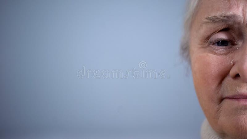 Twarz wzburzonego p?aczu starsza kobieta na popielatym tle, ub?stwo beznadziejno?? zdjęcie royalty free
