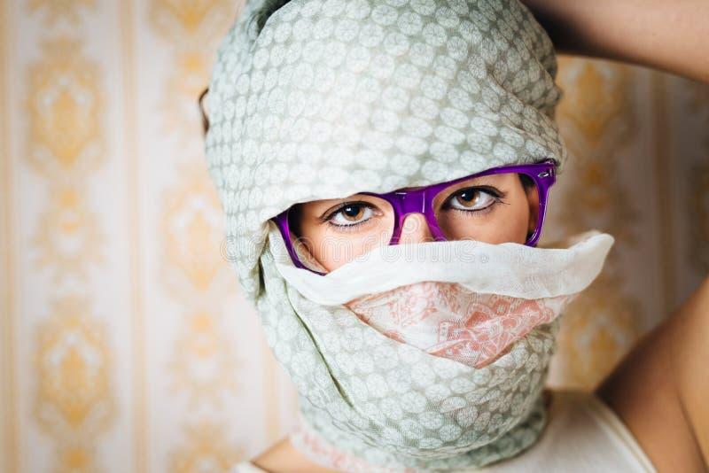 Twarz zakrywająca zmysłowa kobieta jest ubranym szkła zdjęcie royalty free