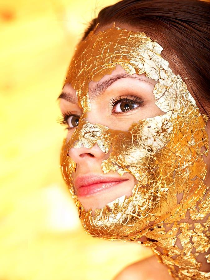 twarzowa dostaje maskowa kobieta zdjęcia stock