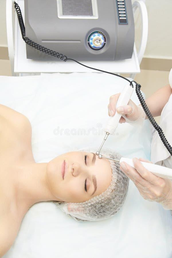 Twarzowa mikro aktualna kosmetologii procedura Piękno technologii traktowanie Kobiety twarzy terapia zdjęcia royalty free
