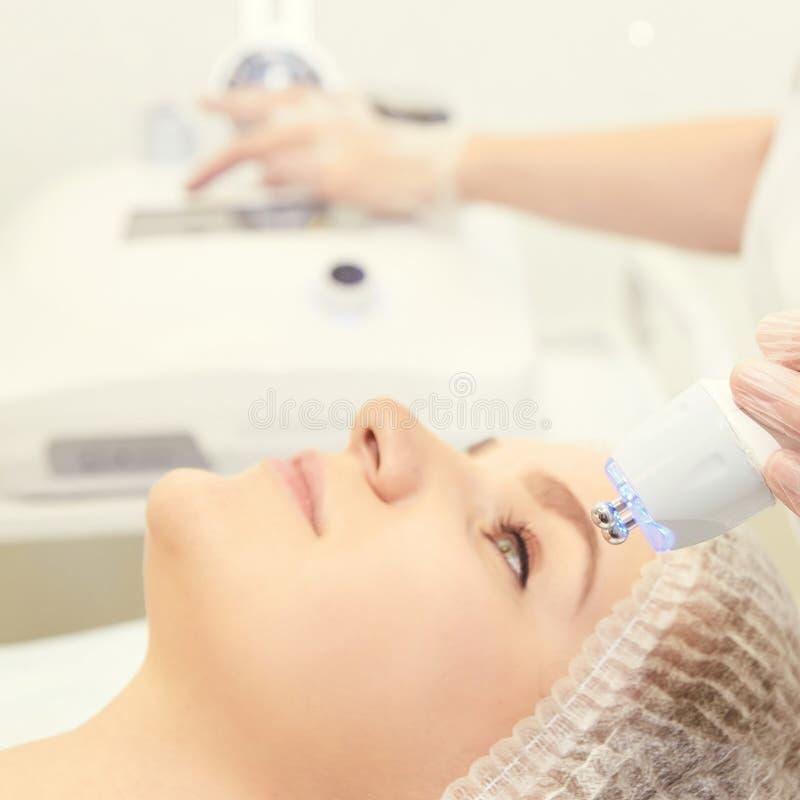 Twarzowa mikro aktualna kosmetologii procedura Piękno technologii traktowanie Kobiety twarzy terapia obrazy stock