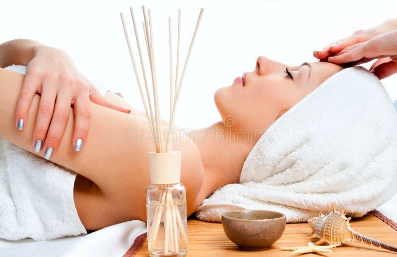 twarzowego masażu odbiorcza kobieta obraz royalty free