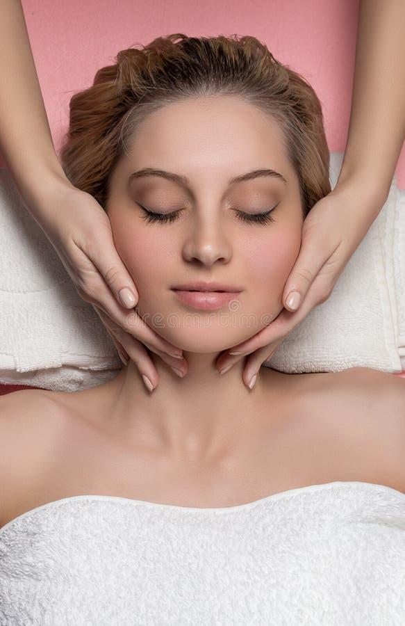 twarzowego masażu odbiorcza kobieta zdjęcie stock