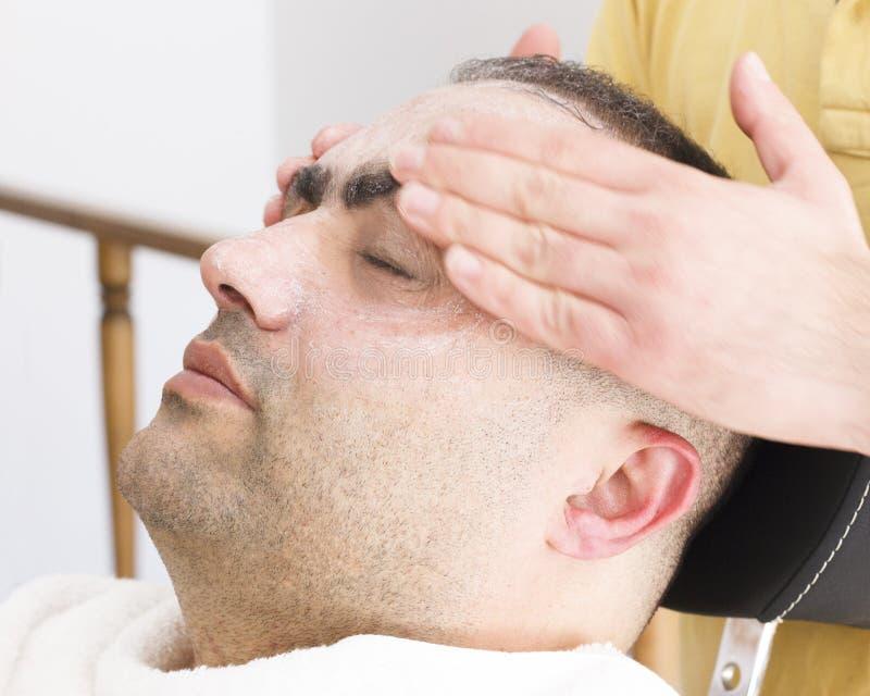 Twarzowy masaż dla mężczyzny w fryzjera męskiego sklepie w Turcja obraz stock