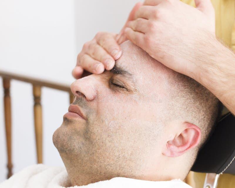 Twarzowy masaż dla mężczyzny w fryzjera męskiego sklepie w Turcja zdjęcie royalty free