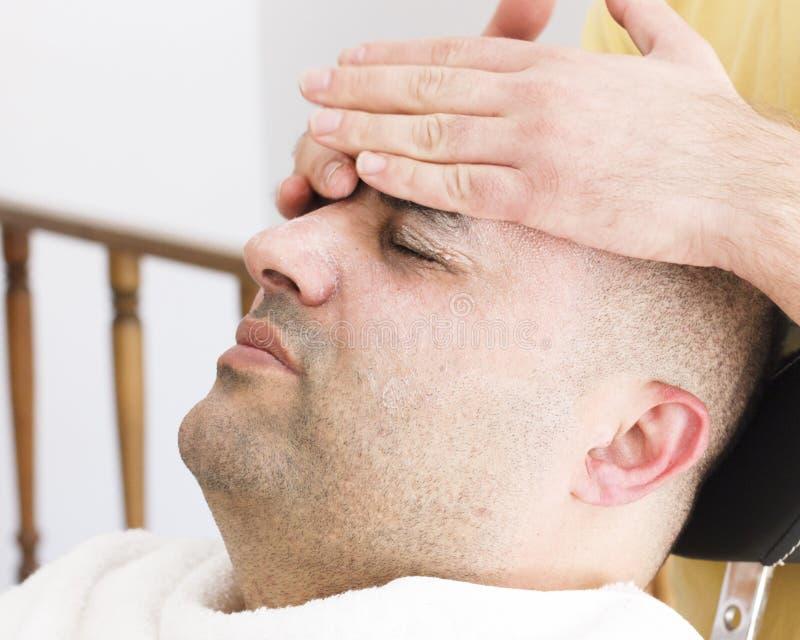 Twarzowy masaż dla mężczyzny w fryzjera męskiego sklepie w Turcja obrazy royalty free
