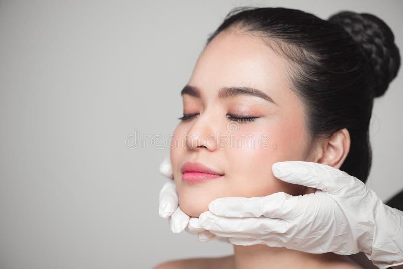 Twarzowy piękno Piękna kobieta przed chirurgii plastycznej operacją obraz royalty free