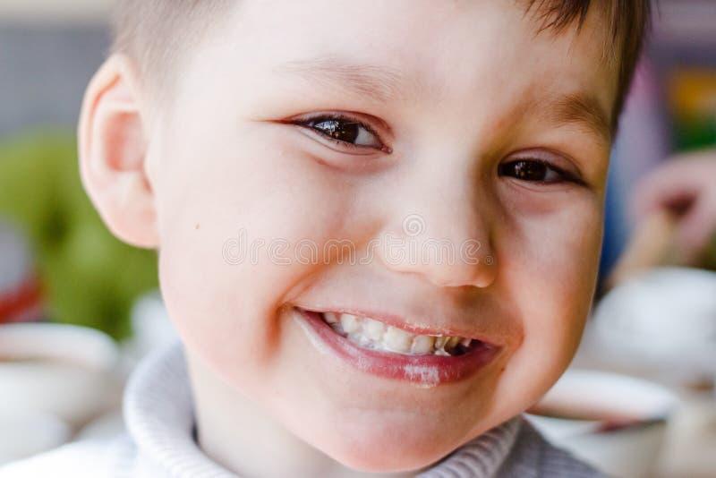 Twarzy łasowania brudny dziecko zdjęcie royalty free