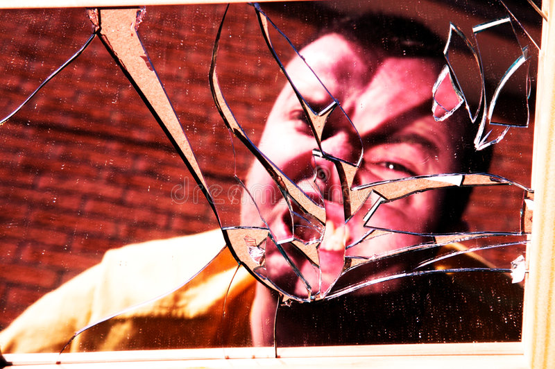 twarzy gniewny łamający szkło obraz royalty free