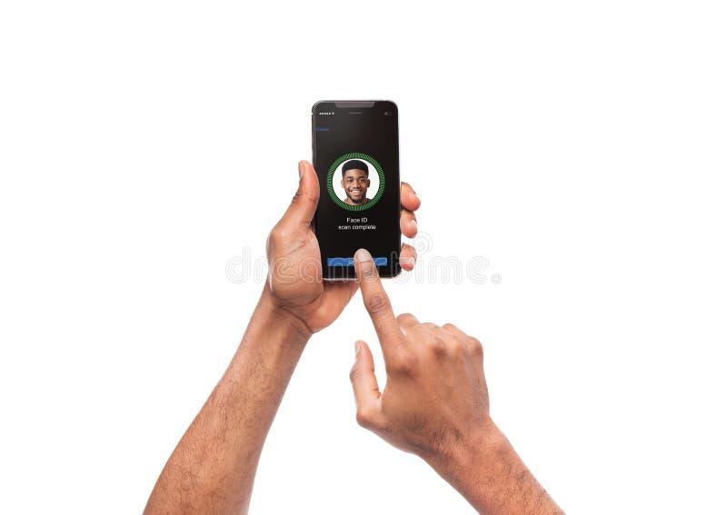 Twarzy identyfikacja z oprogramowania skanerowania twarzą na smartphone zdjęcie stock