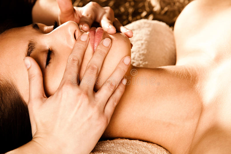 twarzy masażu profesjonalista zdjęcie royalty free