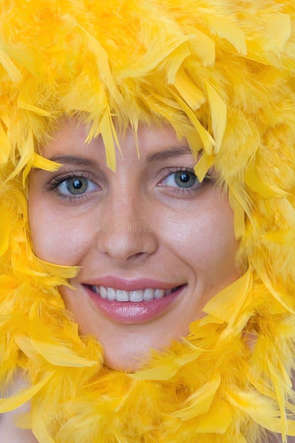 twarzy piórek ramowy dziewczyny s kolor żółty obraz stock