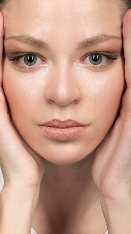 twarzy piękna kobieta czyści skórę i makeup nude obrazy stock