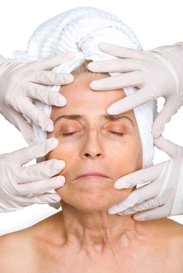 twarzy rękawiczek ręk gumowa starsza kobieta zdjęcia royalty free