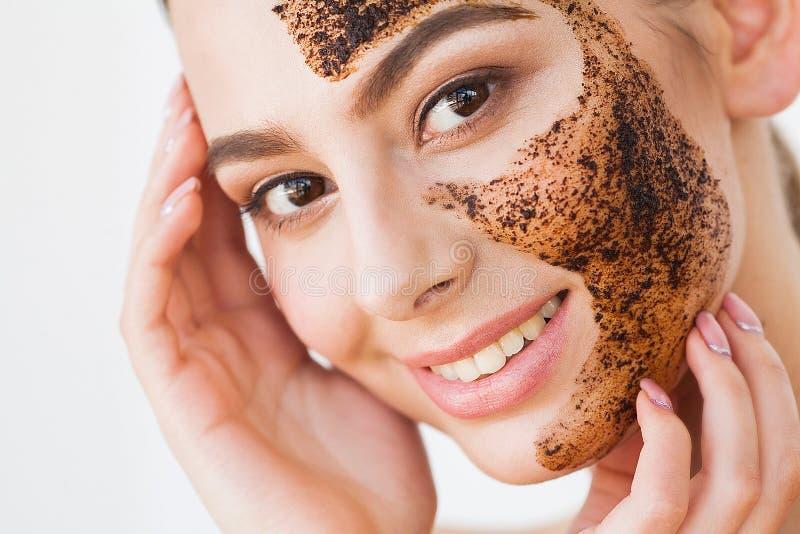 Twarzy skincare Młoda powabna dziewczyna robi czarnej węgiel drzewny masce o obraz royalty free