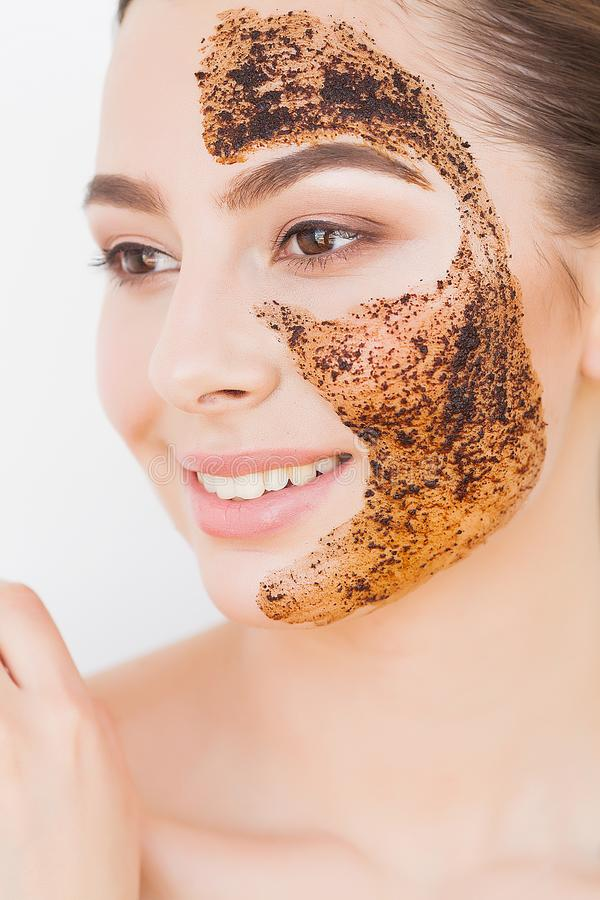 Twarzy skincare M?oda powabna dziewczyna robi czarnej w?giel drzewny masce na jej twarzy obraz royalty free