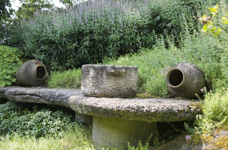 Twee большие конкретные вазы в саде стоковое изображение rf