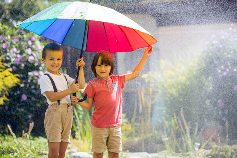 Twee aanbiddelijke kinderen, jongensbroers, die met kleurrijke umbre spelen royalty-vrije stock foto's