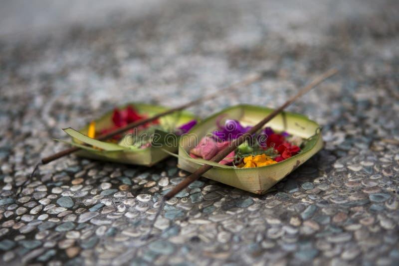 Twee aanbiedingen in Bali stock afbeeldingen
