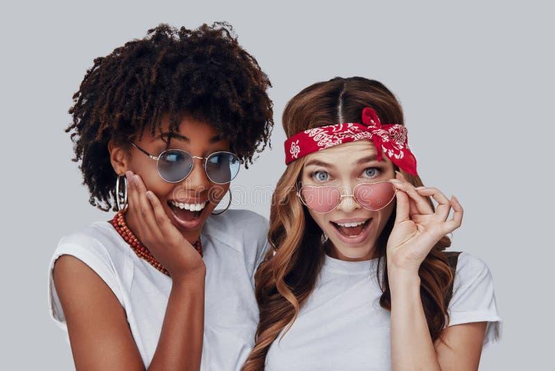 Twee aantrekkelijke jonge vrouwen stock foto
