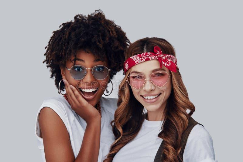 Twee aantrekkelijke jonge vrouwen royalty-vrije stock afbeelding