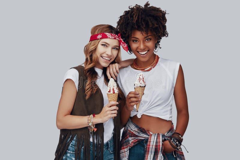 Twee aantrekkelijke jonge vrouwen stock afbeelding