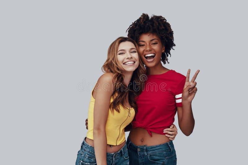 Twee aantrekkelijke jonge vrouwen royalty-vrije stock afbeeldingen