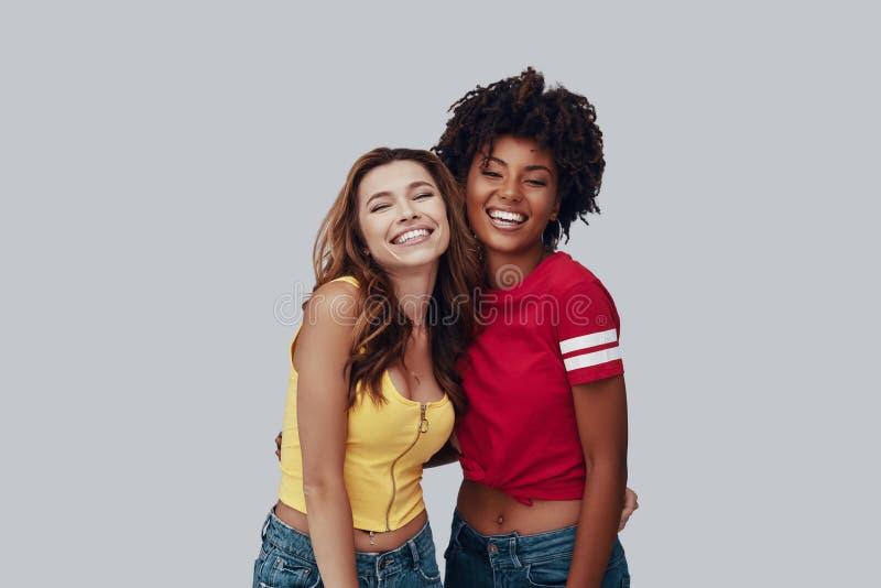 Twee aantrekkelijke jonge vrouwen stock fotografie