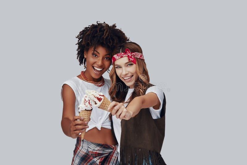 Twee aantrekkelijke jonge vrouwen stock foto's