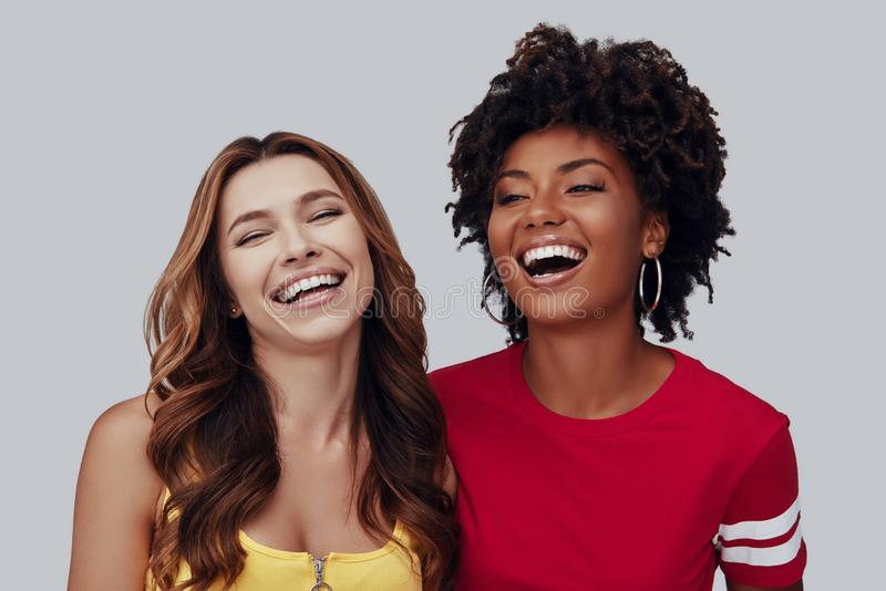 Twee aantrekkelijke jonge vrouwen royalty-vrije stock foto's