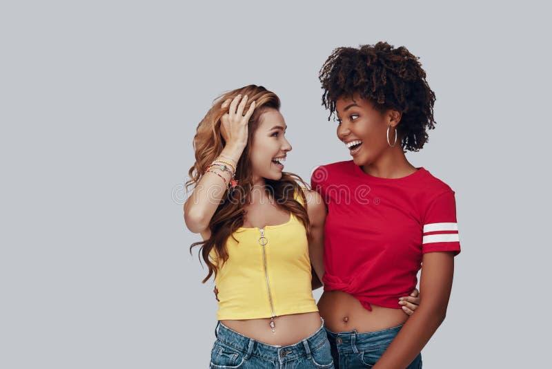 Twee aantrekkelijke jonge vrouwen stock afbeeldingen