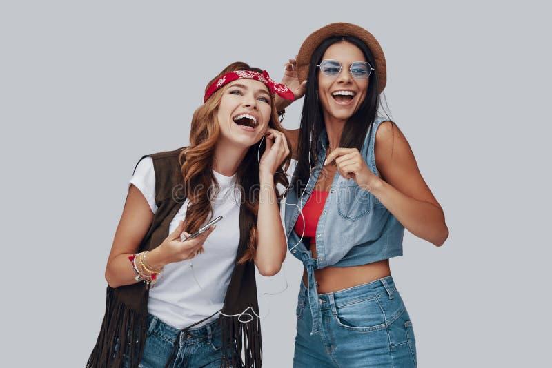 Twee aantrekkelijke modieuze jonge vrouwen stock foto