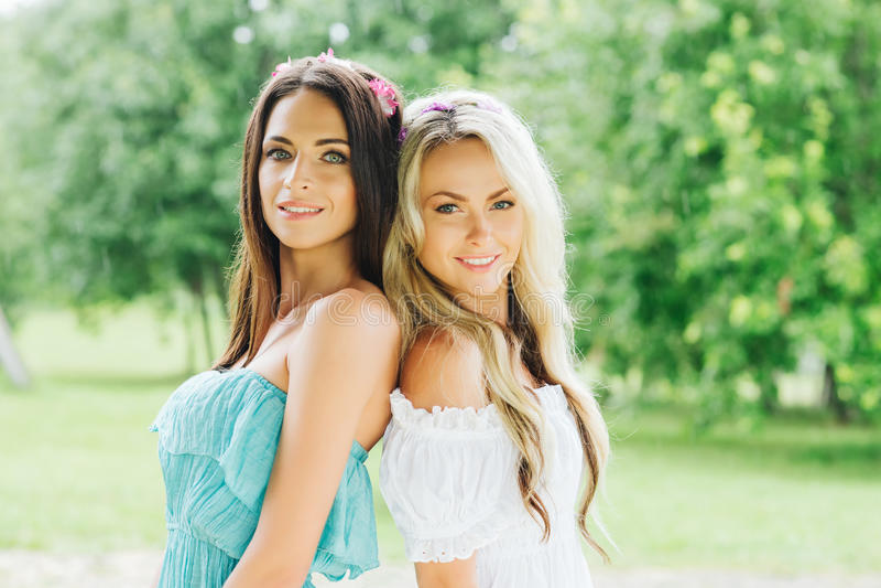 Twee aantrekkelijke, mooie hippiemeisjes stock foto's