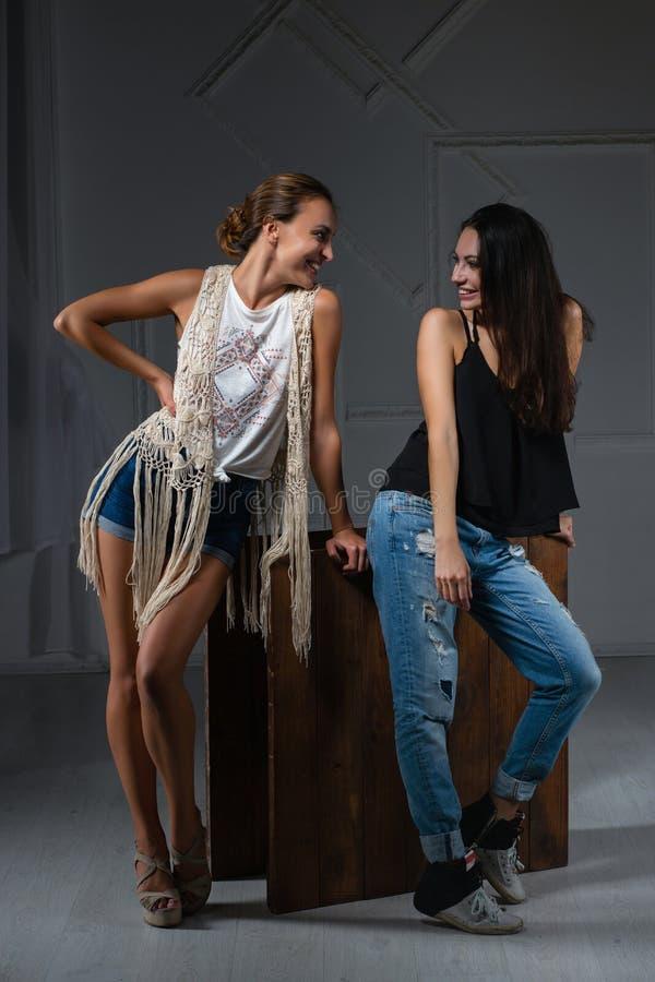 Twee aardige vrouwen die in een studio stellen royalty-vrije stock afbeeldingen
