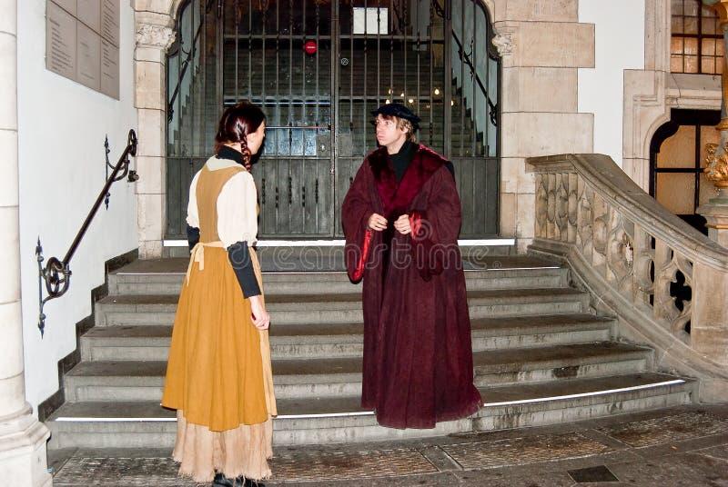 Twee actoren spelen hun rollen buiten Stadhuis stock foto