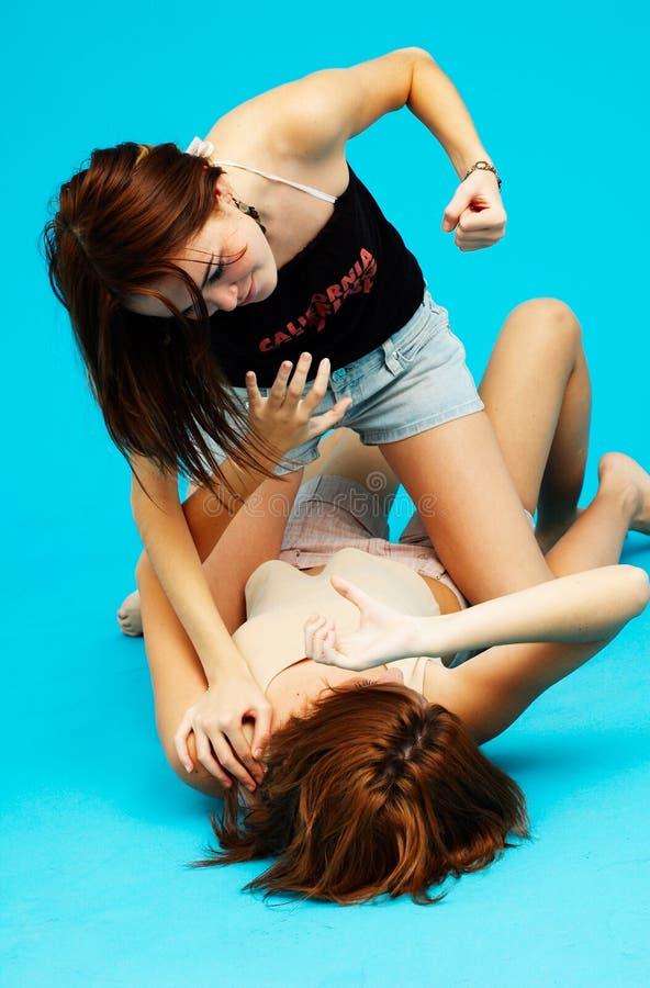 Twee agressieve meisjes.   royalty-vrije stock afbeeldingen