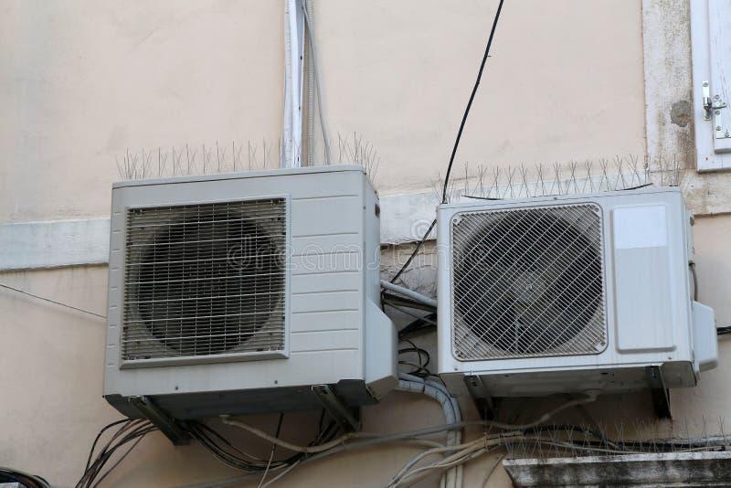 Twee airconditioners hangen op de muur van het huis royalty-vrije stock afbeeldingen