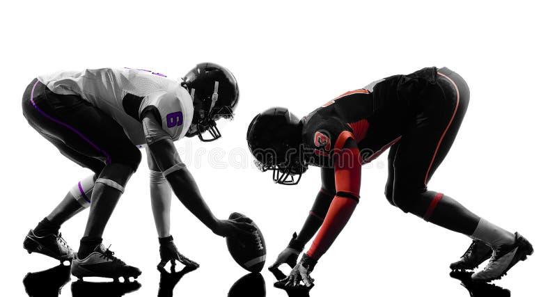 Twee Amerikaanse voetbalsters op scrimmagesilhouet stock foto