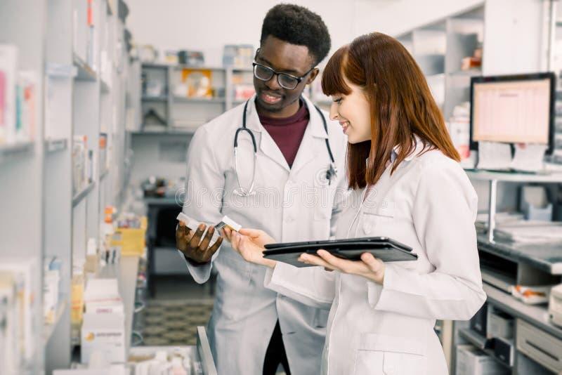 Twee apothekers die inventaris controleren bij het ziekenhuis of communautaire apotheek Drugkwaliteitscontrole Inventarisatie in  royalty-vrije stock fotografie