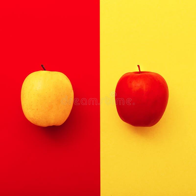 Twee appelen op heldere achtergronden meetkunde minimale stijl stock fotografie