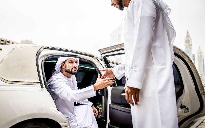 Twee Arabische zakenlieden die over zaken in bedrijfli spreken stock foto