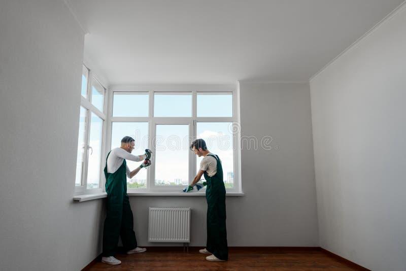 Twee arbeiders in de flat stock foto