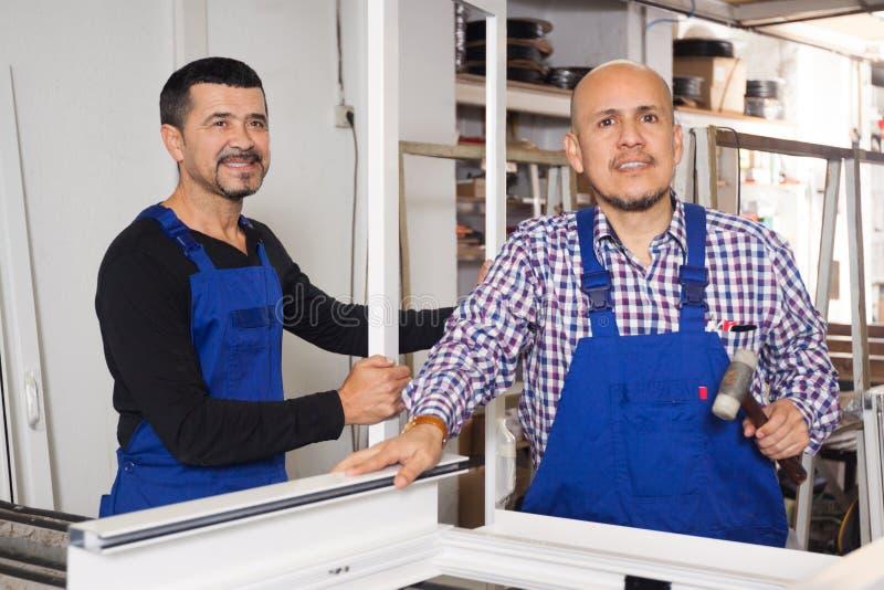 Twee arbeiders gemaakt tot deuren stock afbeelding