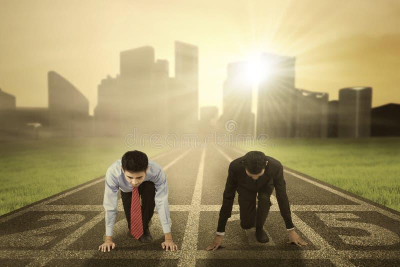 Twee arbeiders klaar om de concurrentie te beginnen royalty-vrije stock afbeelding