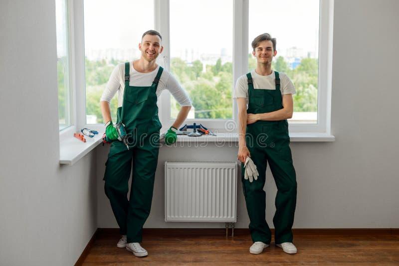 Twee arbeiders van het manusje van allesagentschap stock foto
